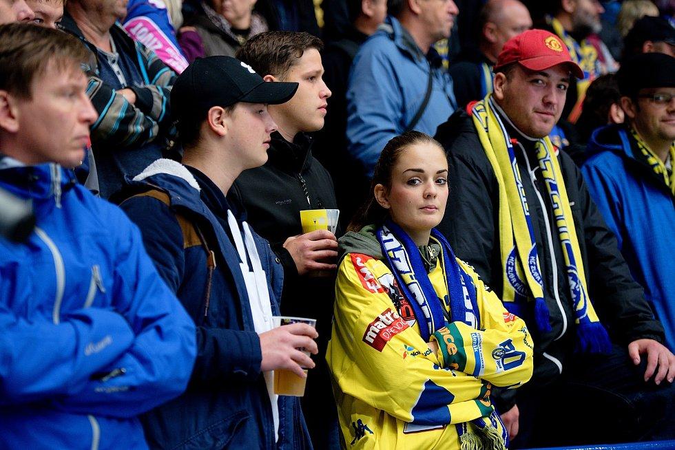 Hokejisté Přerova (ve žlutém) proti Vsetínu. Ženy měly na utkání vstup zdarma.