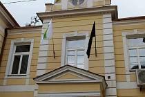 Černá vlajka, která má symbolizovat zmařené investice v obci, zavlála v úterý 26. května také na budově Obecního úřadu ve Veselíčku na Přerovsku.