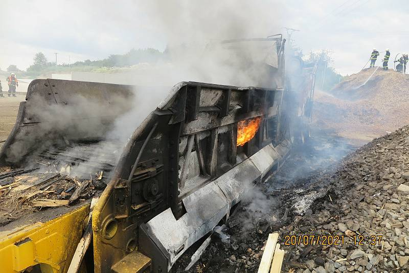Hasiči likvidovali požár štěpkovače v Suchonicích, 20. července 2021