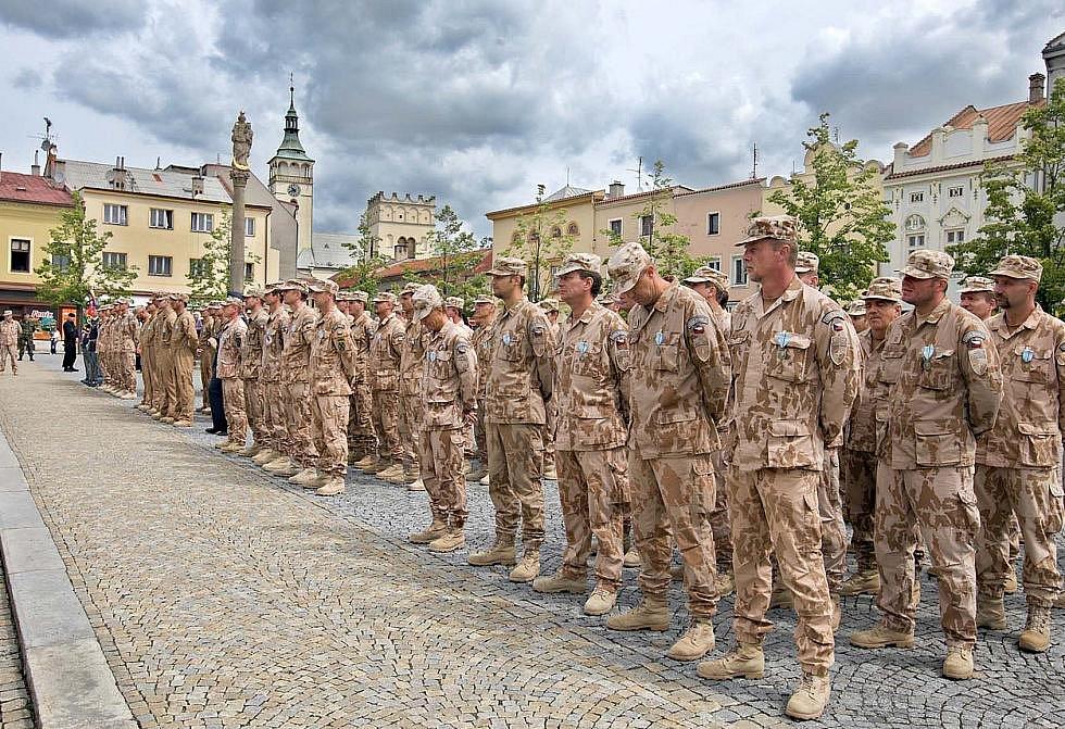 Slavnostní nástup příslušníků 5. vrtulníkové jednotky po návratu z Afghanistánu na náměstí T. G. M. v Lipníku nad Bečvou