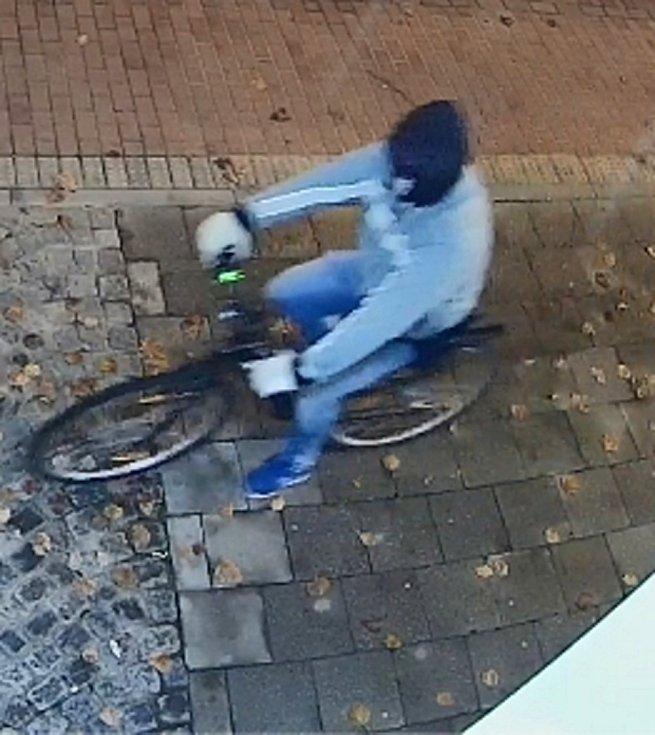 Tento muž vykradl prodejnu v Přerově. Poznáte ho?