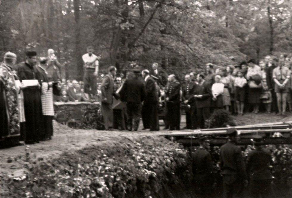 Pohřeb obětí v parku Michalov 14. 5. 1945