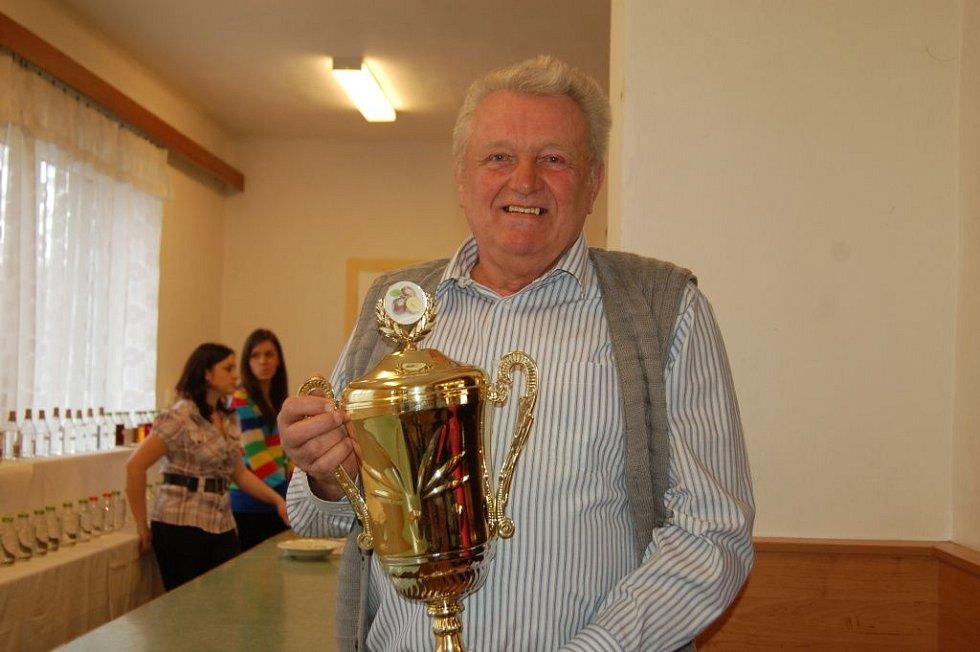 Ze 105 vzorků slivovice a 23 likérů vybírala letos porota vítěze degustační soutěže Beňovský slivkošt. Šampionem letošního ročníku se stal vzorek trnky z roku 2011 od pěstitele Jiřího Bělaře z Běňova  (na snímku s pohárem).