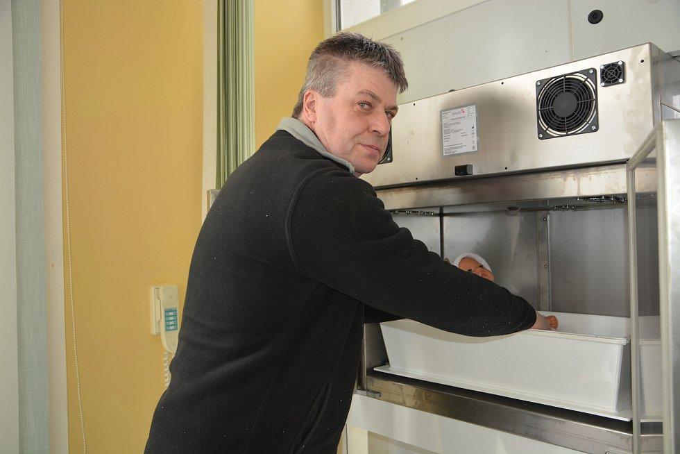 Babybox nové generace instaloval výrobce v přerovské nemocnici. Nahradí starší schránku, která sloužila od roku 2010.