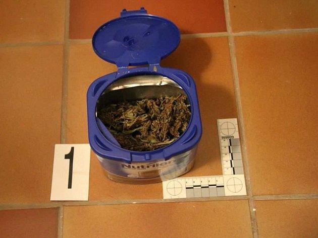 Věci, které zabavili kriminalisté u 23letého mladíka, jenž na Přerovsku distribuoval drogy