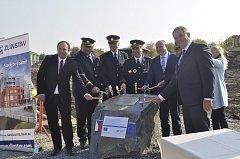 Slavnostní poklepání na základní kámen nové hasičské zbrojnice, která vyroste v ulici 9. května