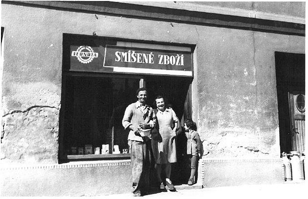 Obchod se smíšeným zbožím. Jednota byla ve Vinarech otevřena od roku 1953 do roku 1978. Obchod byl u Karla Machaly v domě s číslem popisným číslo 2.