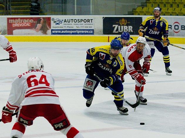 Hokejisté Přerova (v modrém) proti HC Slavia Praha v rámci Zubr Cupu.