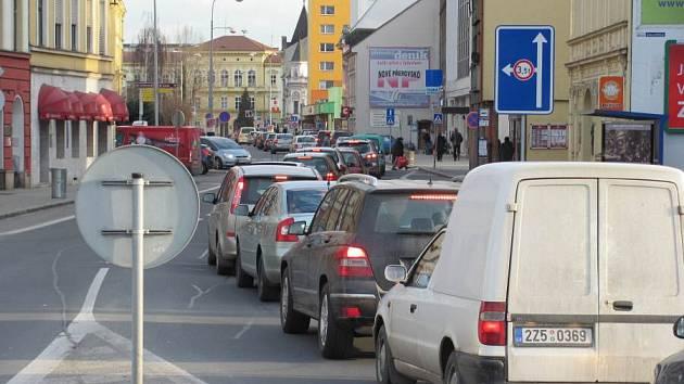 V kolonách postávali řidiči v Palackého ulici v Přerově. Důvodem je uzavírka tří ulic v centru města