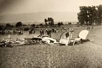 Svědkové z řad místních obyvatel dne 22. 8. 1944 poblíž trosek amerického bombardéru Consolidated B-24J Liberator u obce Nové Dvory na Přerovsku