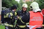 Velké cvičení záchranářů ve třináctiposchoďovém domě v ulici Trávník v Přerově