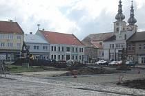 V Kojetíně se pomalu rýsuje nové náměstí, na rozkopané centrum si zvykají chodci i řidiči