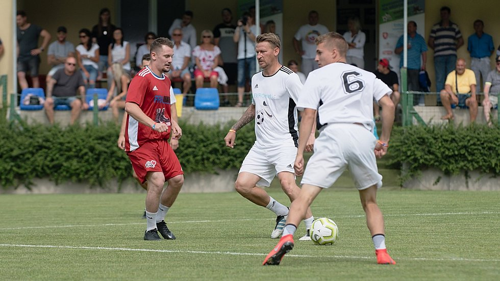 Benefiční fotbalové utkání v Kozlovicích mezi výběrem Kopaček (v bílém) a Hokejek (v červeném). Marek Heinz (uprostřed)