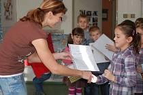 Své první vysvědčení dostali ve čtvrtek dopoledne i prvňáčci ze Základní školy U Tenisu v Přerově