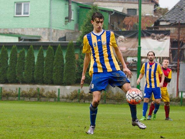 Fotbalisté Kozlovic (v pruhovaném). Ilustrační foto.