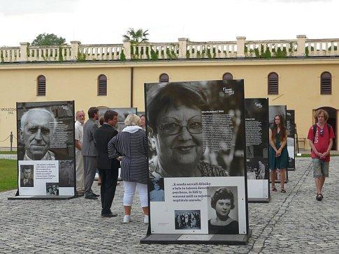 Putovní výstava, kterou mohou nyní zhlédnout návštěvníci Lipníku nad Bečvou, mapuje příběhy patnácti žijících pamětníků z Olomouckého kraje, do jejichž životů dramaticky zasáhly události let 1948 a 1968.