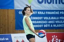 Volejbalistky Přerova (v zeleném) v přípravném utkání s UP Olomouc. Veronika Tinklová.