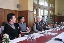 Sněm Sdružení historických sídel se konal v pátek 25.3.2011 v Přerově. Jak sdružení podporuje památky, vysvětlily místopředsedkyně Ivana Popelová (první zleva) a tajemnice Květa Vitvarová (druhá zleva).