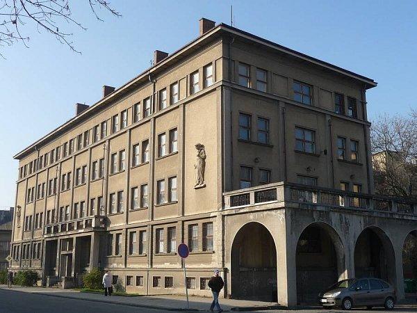 Zchátralý čtyřpatrový armádní objekt vČechově ulici