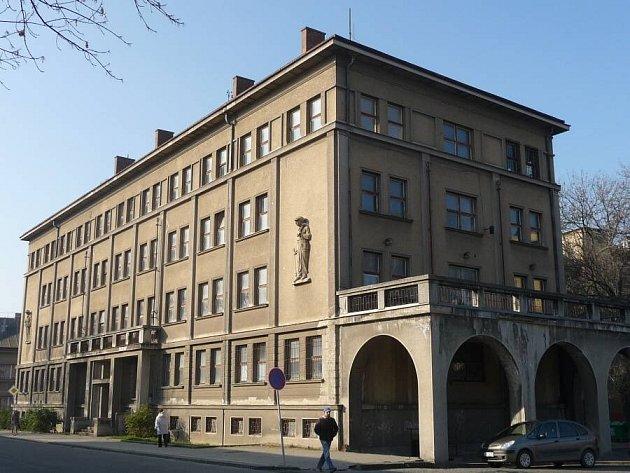 Zchátralý čtyřpatrový armádní objekt v Čechově ulici