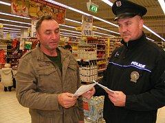 Během předvánoční preventivní kampaně přerovští policisté informují zákazníky nákupních center, na co si dát před zloději pozor.