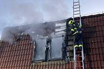 Pět hasičských jednotek zasahovalo v pondělí nad ránem při požáru objektu v Trnávce u Lipníku nad Bečvou. Prodejnu motocyklů se naštěstí podařilo uchránit.