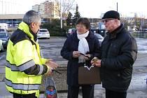 Policisté s krajským koordinátorem Besipu rozdali seniorům na sto reflexních pásek