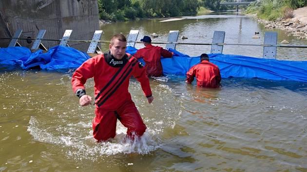 Zkouška čtyř typů protipovodňových zábran na jezu v Přerově