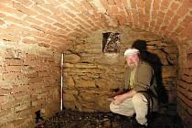 Cihelnou kryptu objevili archeologové pod jižní boční kaplí kostela Nanebevzetí Panny Marie v Horní Moštěnici.