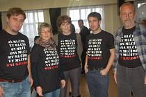 Opoziční zastupitelé ze strany Společně pro Přerov na jednání zastupitelstva v novém tričku