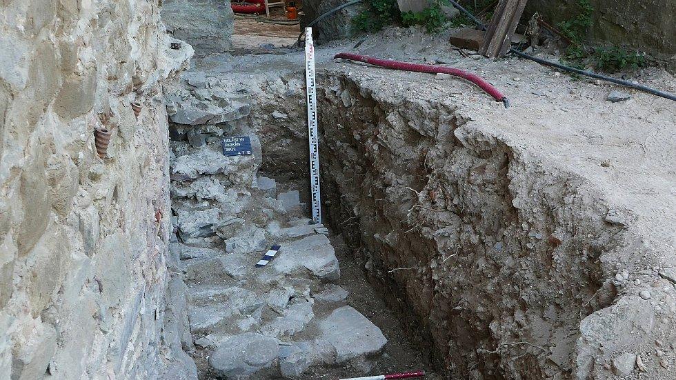 Archeologové narazili při bádání na Helfštýně na odtokový kanál z doby pozdního středověku.