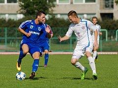 Fotbalisté 1. FC Viktorie Přerov (v bílém) proti Lokomotivě Petrovice.