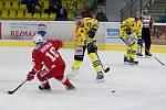 Hokejisté HC Zubr Přerov (ve žlutém) proti pražské Slavii.