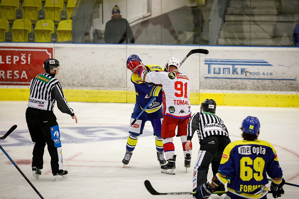 Hokejisté Přerova (v modrém) ve čtvttfinále play-off proti Porubě.
