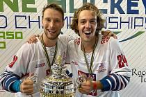 Petr Školoud (vlevo) a Jan Andrýsek slaví s pohárem pro mistry světa v inline hokeji.