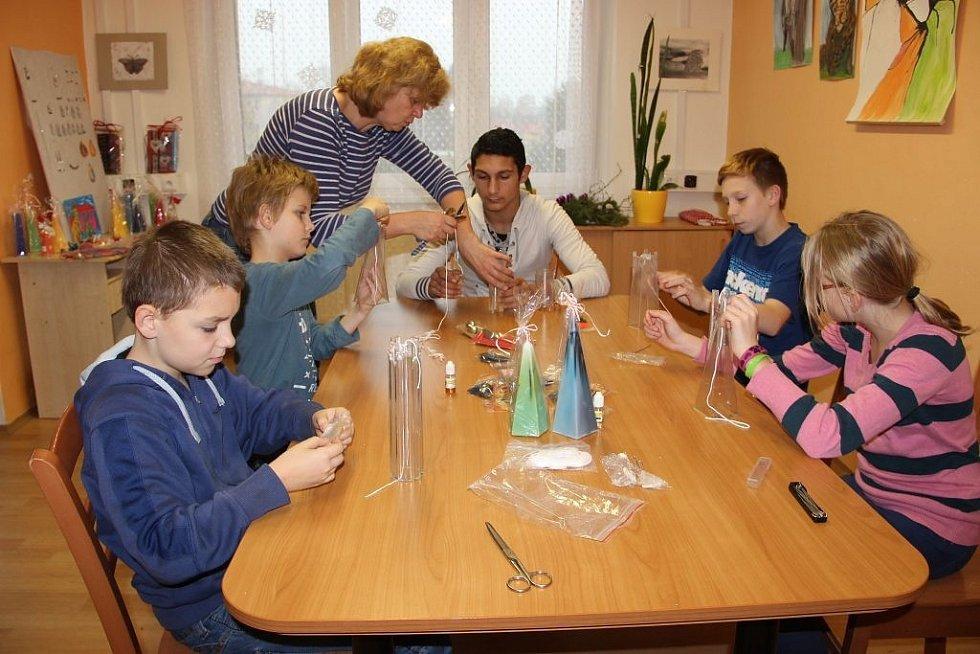 Děti z přerovského dětského domova vyráběly mýdla, svíčky, šperky a další věci, které mohou lidé zakoupit v sobotu a v neděli v prodejně Albert v Denisově ulici v Přerově.
