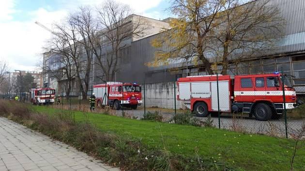 Hasiči zasahují u požáru v průmyslovém areálu v Husově ulici v Přerově