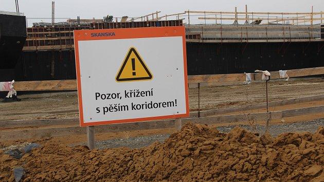 Stavební ruch vládne v těchto dnech na novém úseku dálnice D1, který se buduje mezi Lipníkem a Přerov. Dělníci pracovali ve čtvrtek  u Radvanic na stavbě retenční nádrže.