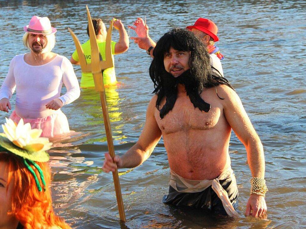 Silvestrovská show otužilců v řece Bečvě v Přerově