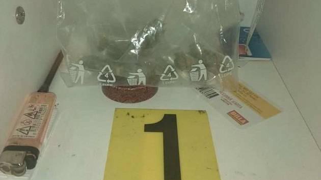 Kriminalisté zadrželi u muže, který distribuoval na Hranicku drogy, marihuanu.