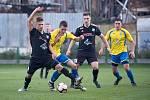 Fotbalisté Kozlovice (ve žlutém) doma porazili 1. HFK Olomouc 4:0.