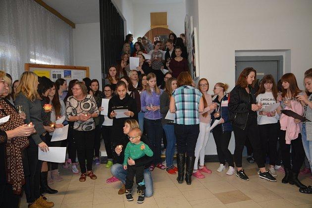 Poslední Vánoce stráví letos studenti Střední zdravotnické školy v budově na náměstí Přerovského povstání v Přerově. Studenti i zástupci vedení školy si v pátek dopoledne společně zazpívali koledy u rozsvíceného vánočního stromku.