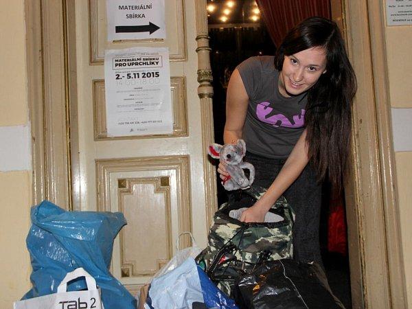 Studentka Právnické fakulty Univerzity Palackého vOlomouci Alexandra Vinklárková organizuje vPřerově sbírku oblečení pro uprchlíky.