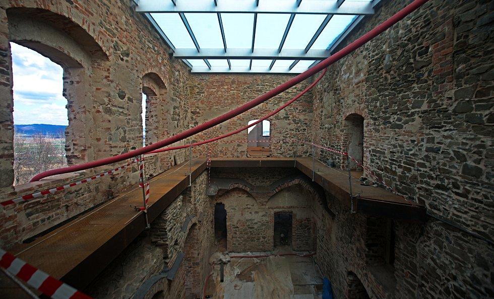 Rekonstrukce na hradě Helfštýn - nové prosklené zastřešení renesančního paláce
