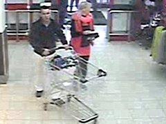 Osoby, které mohou pomoct při objasnění krádeže v supermarketu v Lipnické ulici v Přerově.