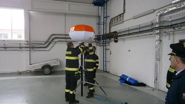 Slavnostní předání osvětlovacího balonu kojetínským hasičům, který jim usnadní zásahy v terénu