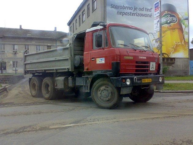 Auta, která převážejí sypký materiál na korbě bez plachty, zvyšují prašnost v Přerově.