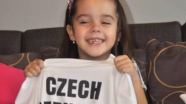 Šestiletá Natálka se ohřála v dresu Tomáše Berdycha s podpisy celého vítězného Davis Cupového týmu. Finance z vydražení poptují na její léčbu.