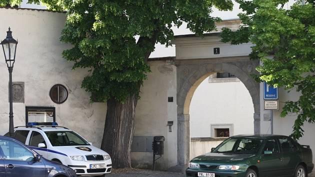 Zatímco vyhrazné místo pro městskou policii je prázdné, parkují strážníci v zákazu zastavení