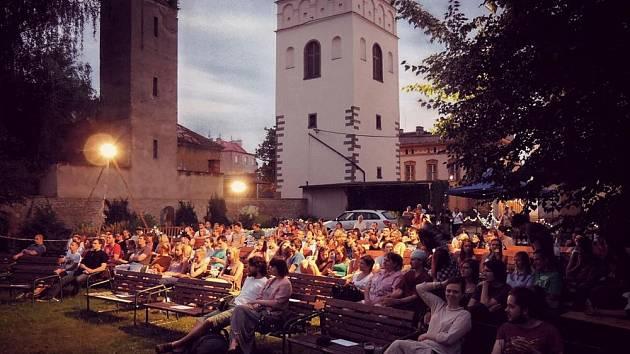 Meditační zahrada u kostela sv. Jakuba v Lipníku nad Bečvou se během festivalu promění v letní kino